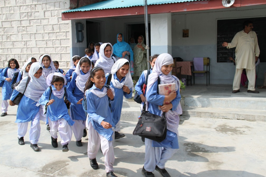 schoolgirls_in_shalwar_kameez2c_abbotabad_pakistan_-_uk_international_development